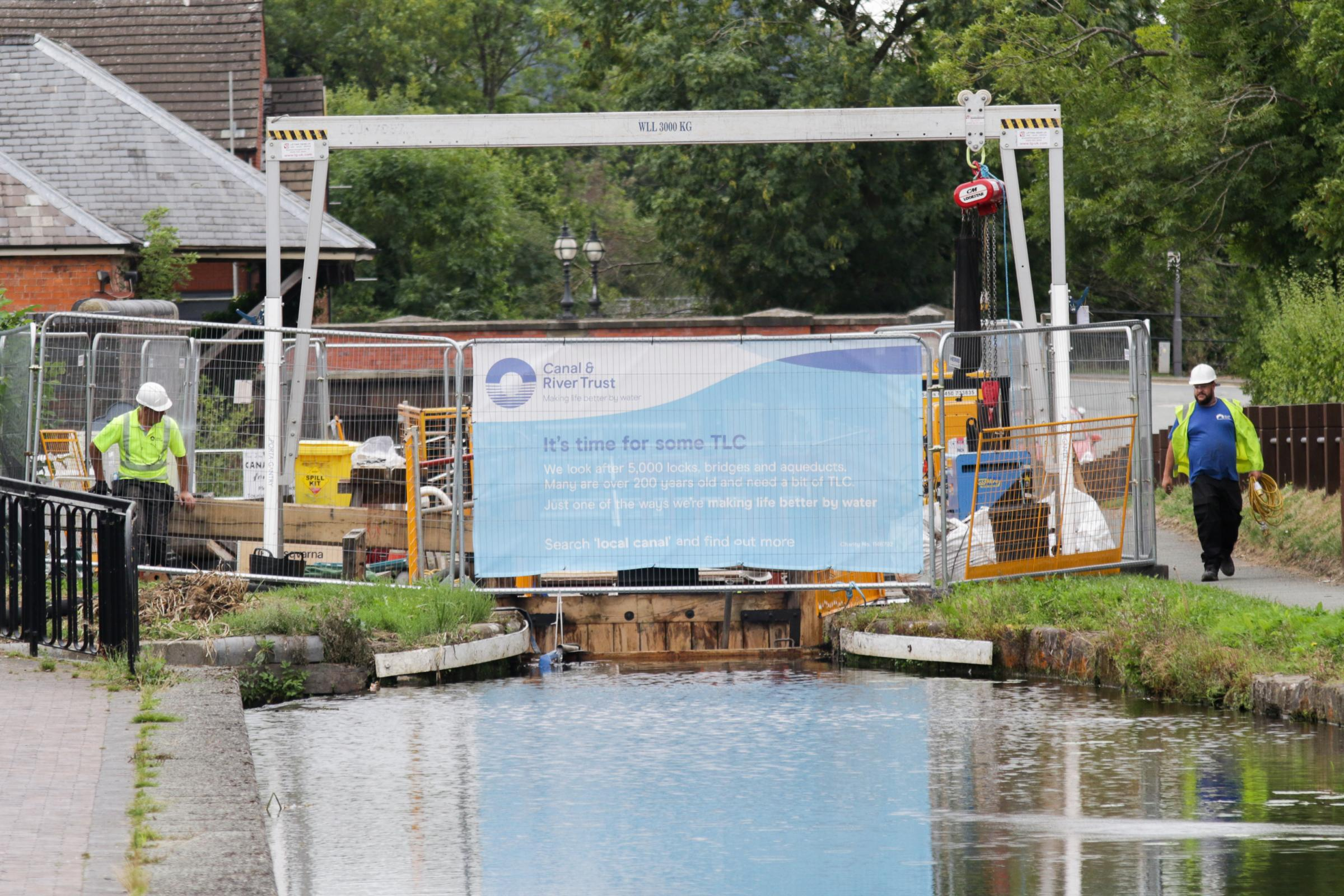 Workers install new lock gates at Welshpool Wharf on the Montgomery Canal on Wednesday, August 29, 2018.  Pic: Mike Sheridan/County Times MS213-2018