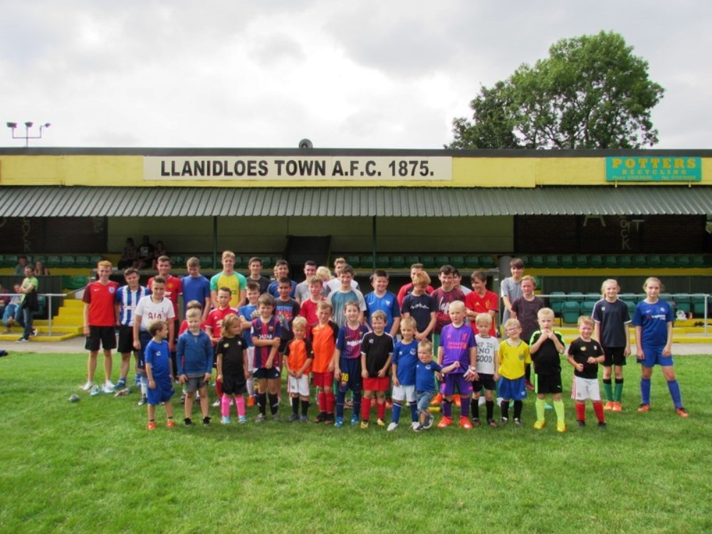 Llanidloes Town AFC hosted a friendly football match with refugees and local youth members of the club.